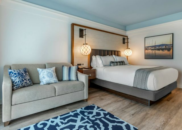king guestroom with couch at hotel