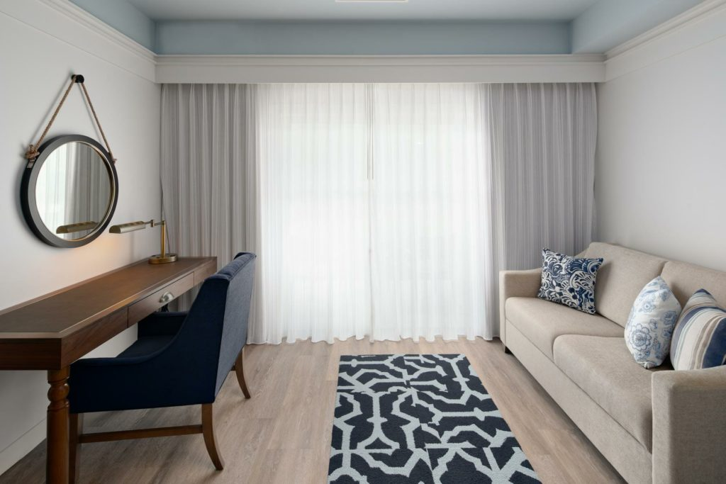 King guestroom with sofa